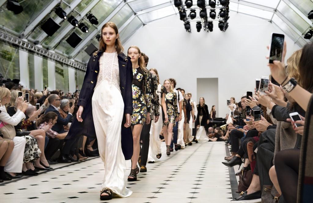 Burberry Womenswear S_S16 Show Finale_001