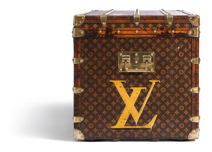 Malle pour Dame  [110 x 56 x 57 cm] en Toile Monogram personnalisee du logo LV peint en jaune sur le cote -1910. Fermee de profil