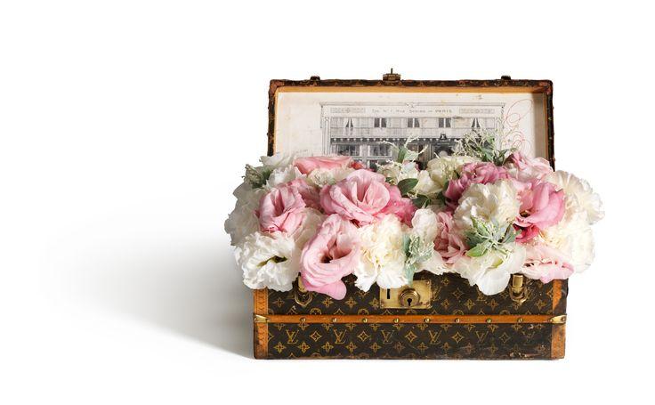 Malle a Fleurs avec bac en zinc (28 x 14 x 11 cm) en papier monograme - ca1910, presentee ouverte, contient un bouquet de pivoines roses et blanches. - Vue de face