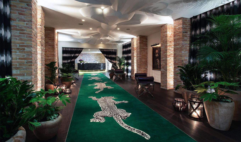 037-Leopard-Passageway-Hotel-Zoo-Berlin-01